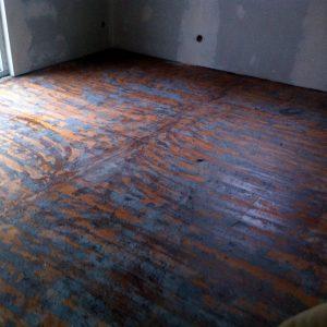 Altboden vor der Sanierung, mit zu entfernenden Teppichresten